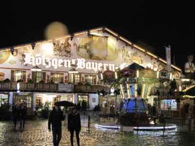 Blick von außen auf das beleuchtete Bayernzelt auf dem Bremer Freimarkt